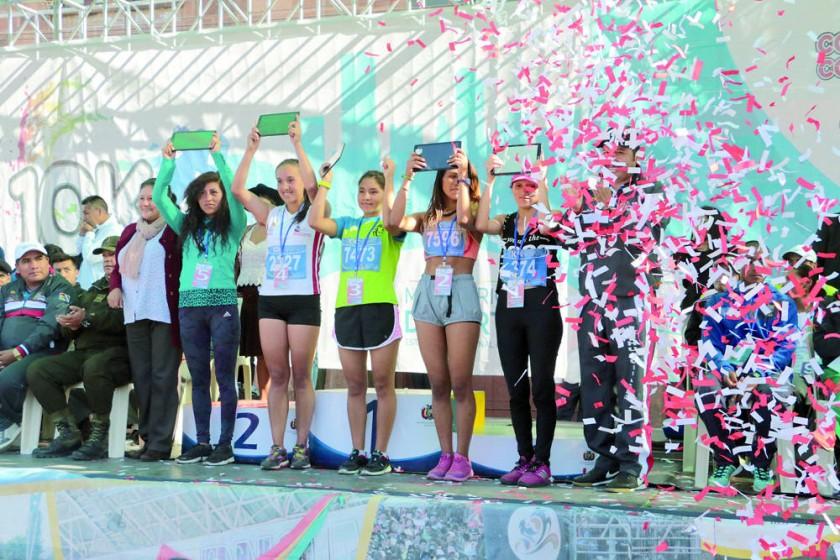 las mejores atletas de Chuquisaca en la Carrera Pedestre 10K.