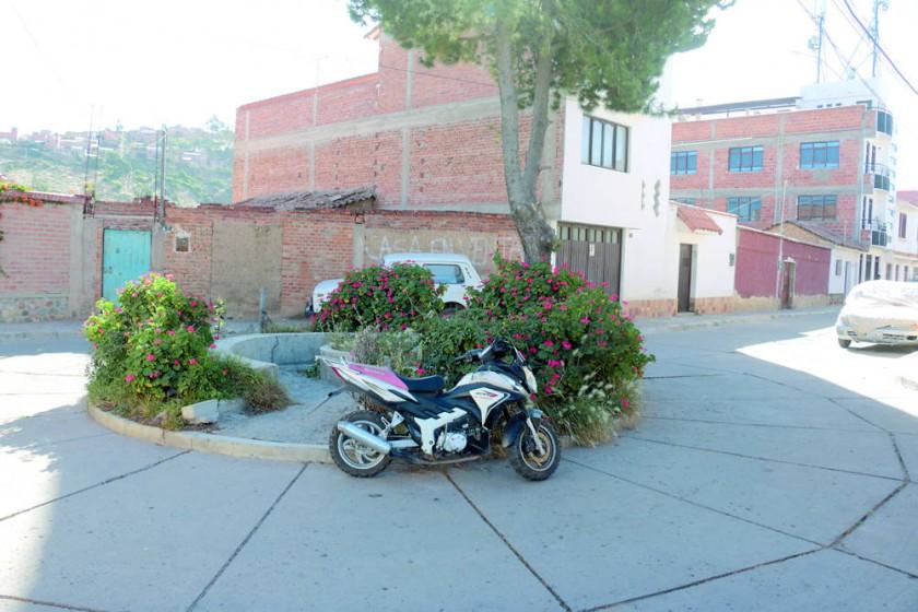 REPARACIÓN. Vista de una plazuela en mal estado al final de la calle Saúl Mendoza.