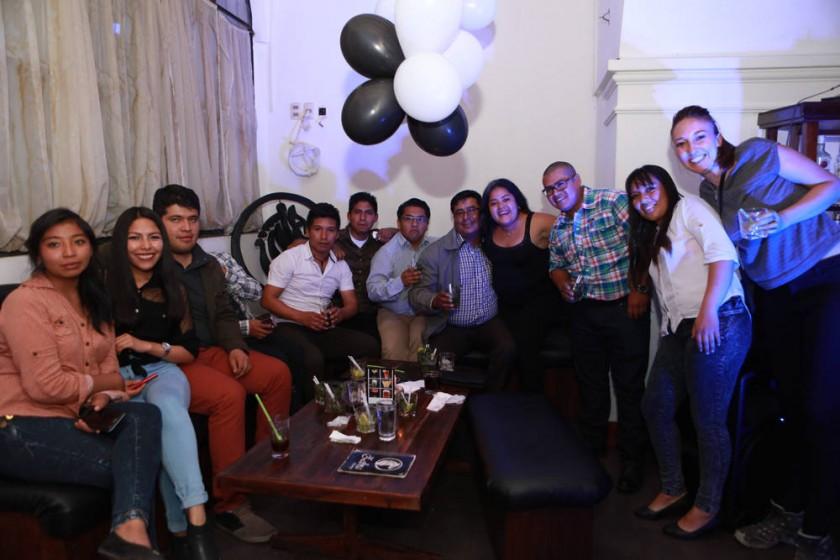La cumpleañera, Paola Mendoza (cuarta de la derecha) y sus amigos que le desearon muchas felicidades.