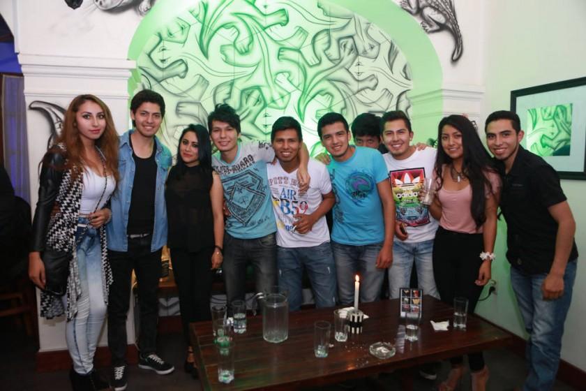 David Eloy Pachecho (centro) celebró su cumpleaños con sus amigos.