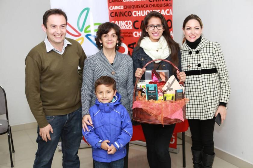 """Lorenzo Catalá, Jaqueline Dupleich, Sebastián Garrón, Ganadora de la """"Chocoselfie"""" Anna Moscoso y Fabiola Villarroel."""
