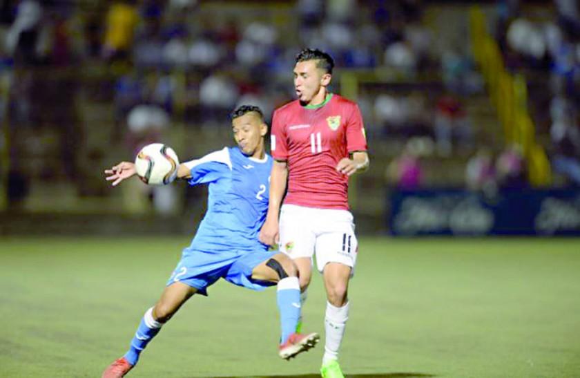El delantero boliviano Bruno Mranda (d) disputa el balón con el defensor nicaragüense Josué Quijano, durante el...