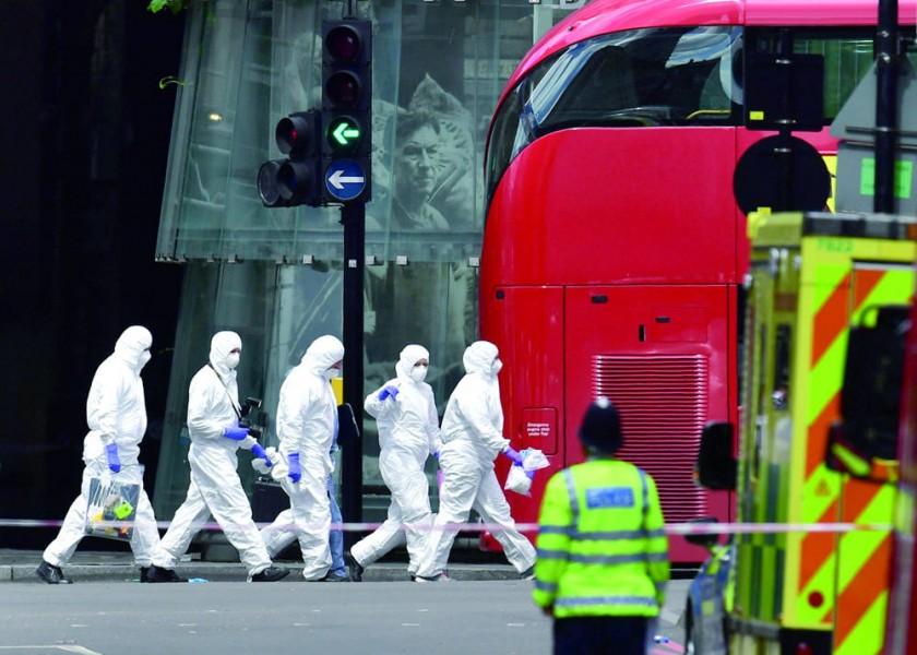 OPERATIVO. Unidades especiales operan en la zona del Mercado Borough de Londres, donde se produjo un ataque terrorista.
