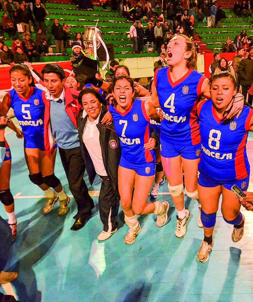 Universitario celebra el título tras el empate en Warnes.