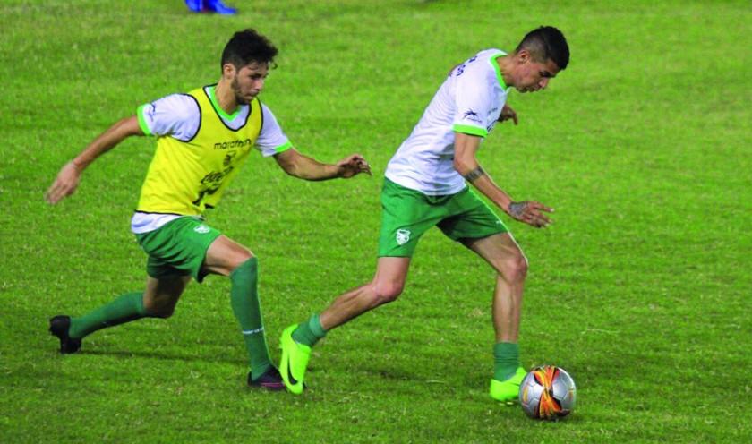 Juan Carlos Arce (d) será una de las novedades en el onceno de la selección nacional.