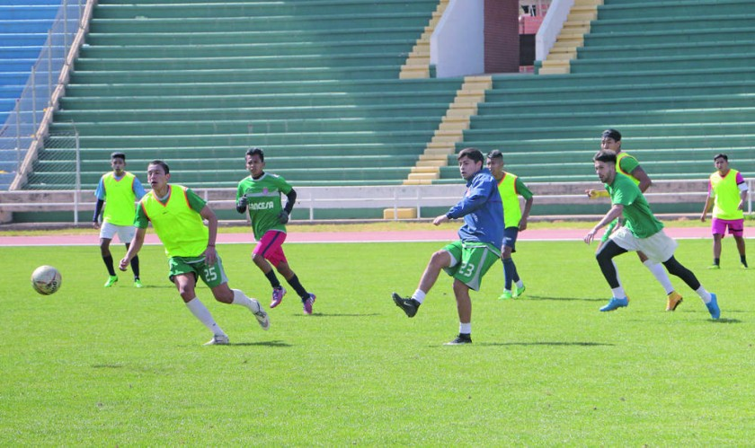 Universitario cerró prácticas ayer, en el estadio Patria, donde hoy enfrentará a Blooming, por el Torneo Apertura...