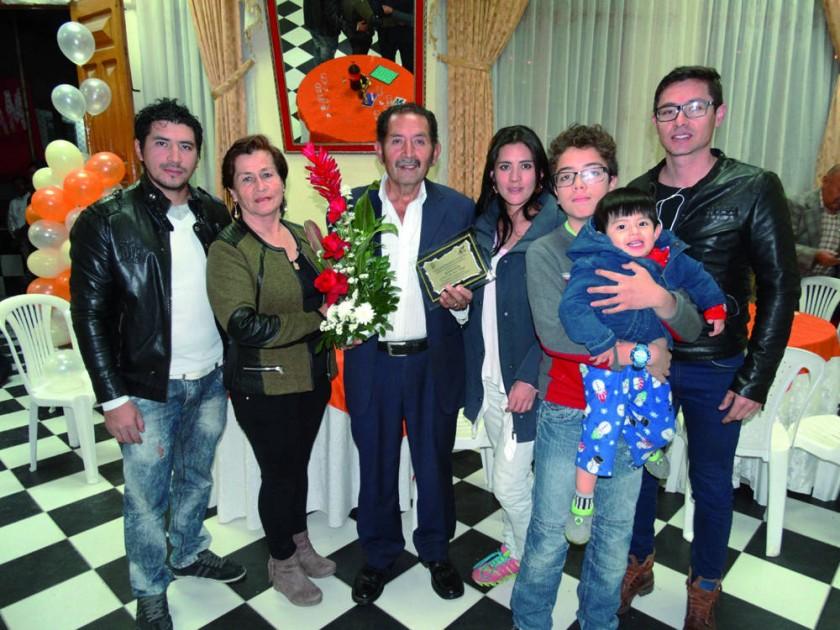 Carlos Guerra Palenque (tercero izquierda) junto  con su familia.