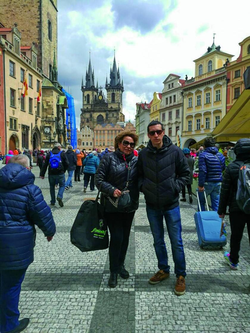 La diseñadora Sonia Avilés, junto a su hijo Gabriel Garau, durante su visita a República Checa, luego de asistir...