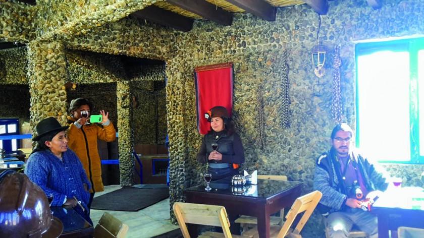 Los turistas que pasean por el complejo pueden disfrutar de un cafecito en la infraestructura construida para este...
