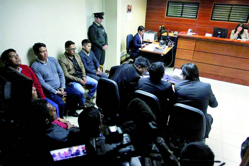 juicio. Los nueve bolivianos detenidos en Chile en el momento en que ingresan a la audiencia realizada ayer en Pozo....