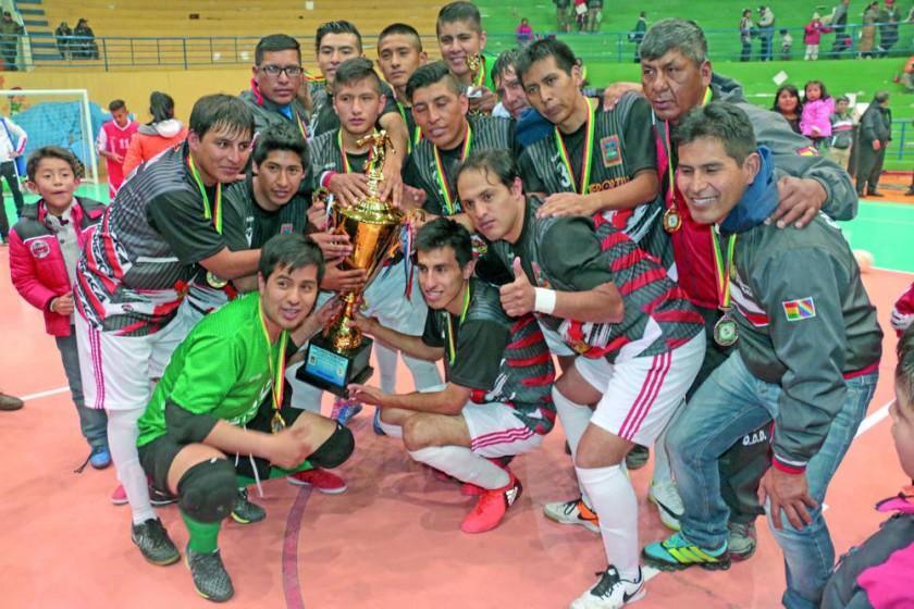 Los jugadores de Chuquisaca celebran otra vez el título del Campeonato Nacional de Selecciones Mayores, tras...