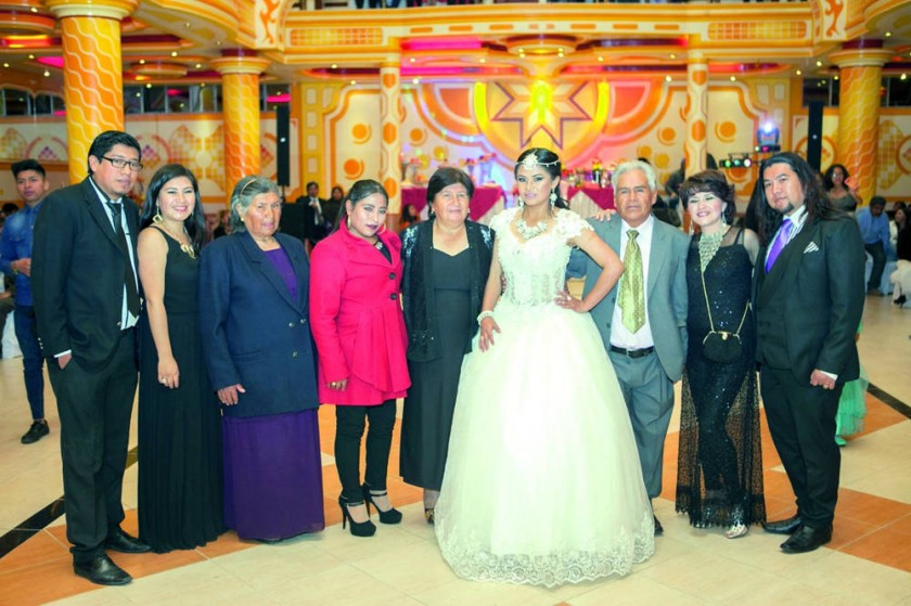 Sariah Raya junto con su familia.
