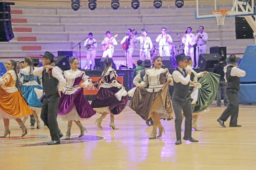 El grupo La Razza y el Balet Municipal pusieron a bailar al público y las delegaciones.