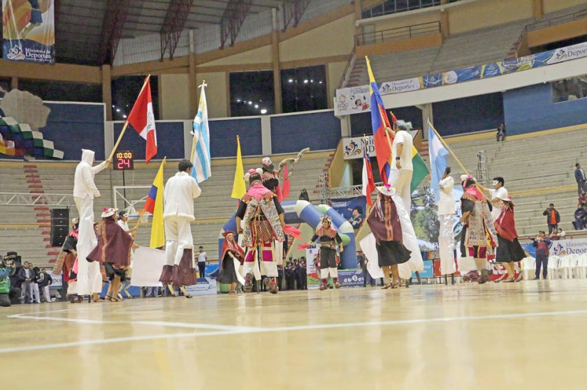 En el acto de inauguración no podía faltar el pujllay, la danza tradicional de la región.