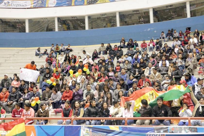 El público chuquisaqueño asistió en gran número al escenario deportivo.