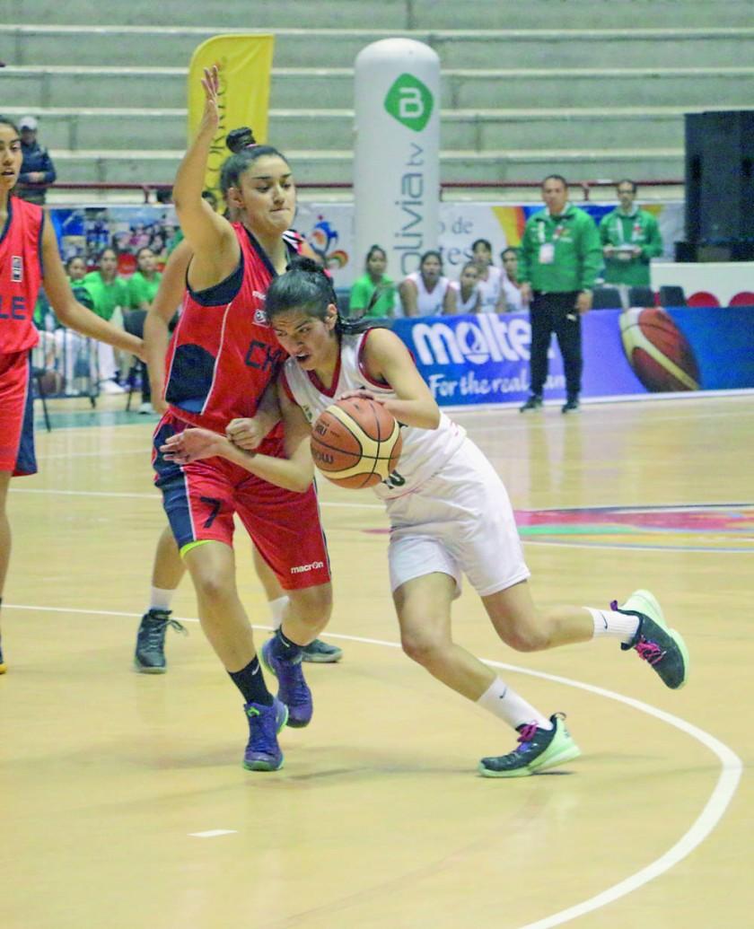 La chuquisaqueña Hyran Agudo (d) intenta superar la marca de la chilena Thiare García.