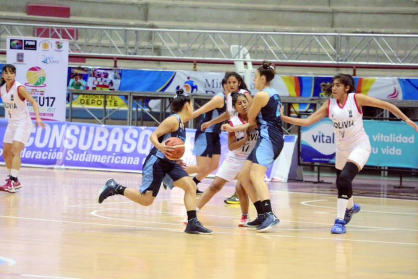 La Selección Nacional cayó anoche ante Argentina, en el último partido de la fase de grupos, disputado en el...