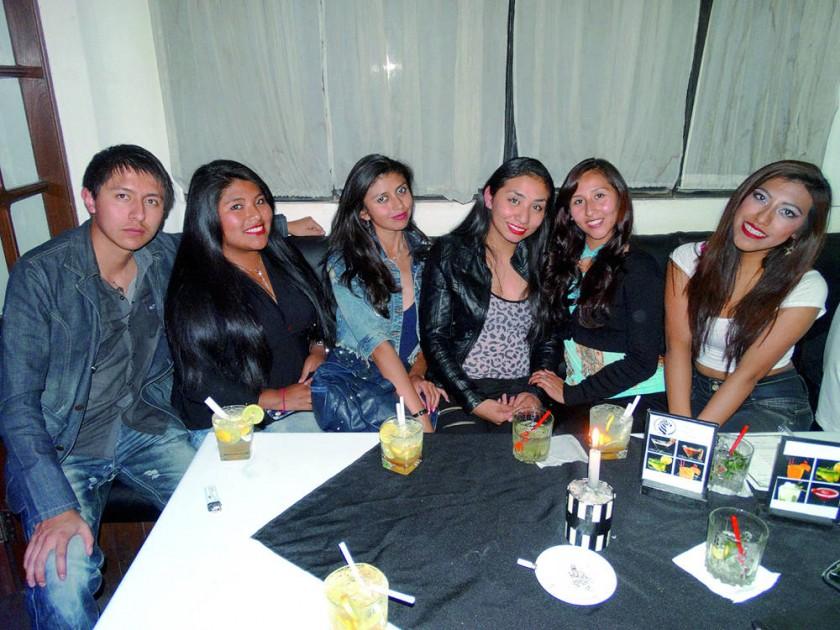 Fabiola Montaño (tercera derecha) celebró su cumpleaños en compañía de sus amigos.