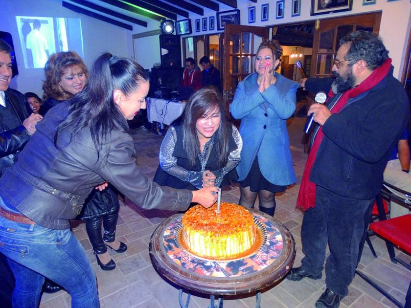 Carmen Campero sopla la velita de la torta.