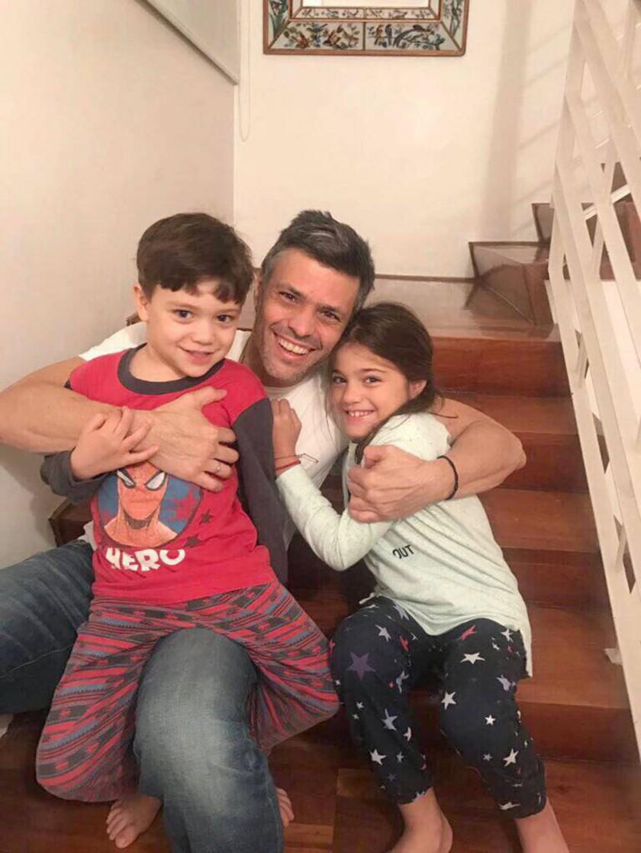 Leopoldo sale; la presión doblega a Maduro