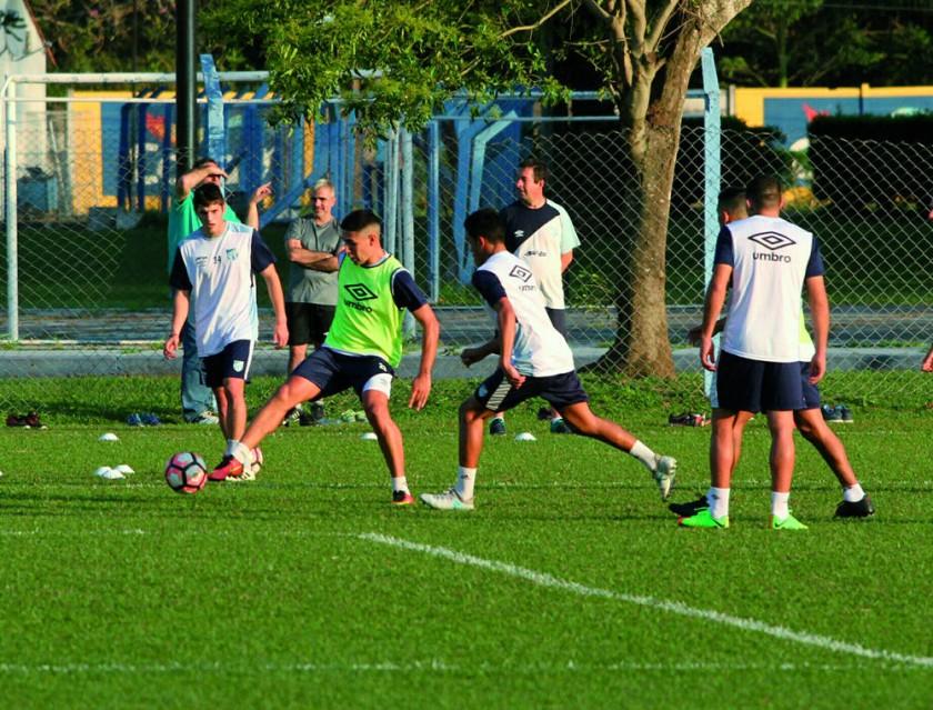 Atlético Tucumán sostuvo ayer su primera práctica en Santa Cruz.