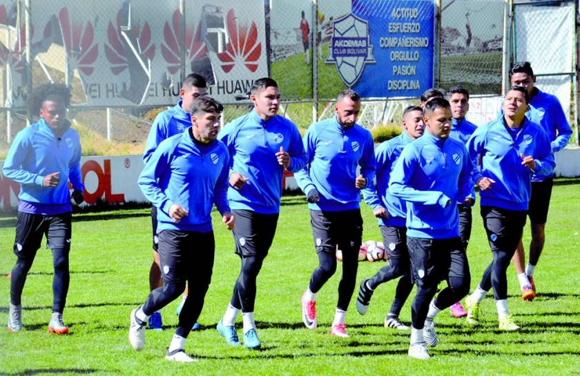Bolívar (arriba) y la Liga Deportiva Universitaria se enfrentarán hoy, por la segunda fase de la Sudamericana.