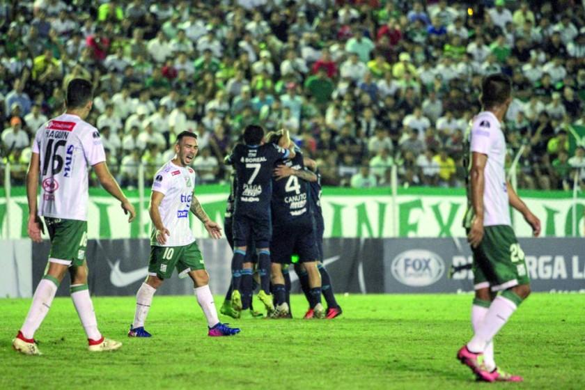 La desazón de los jugadores de Oriente Petrolero ante la alegría de los integrantes de Atlético Tucumán, que celebran...