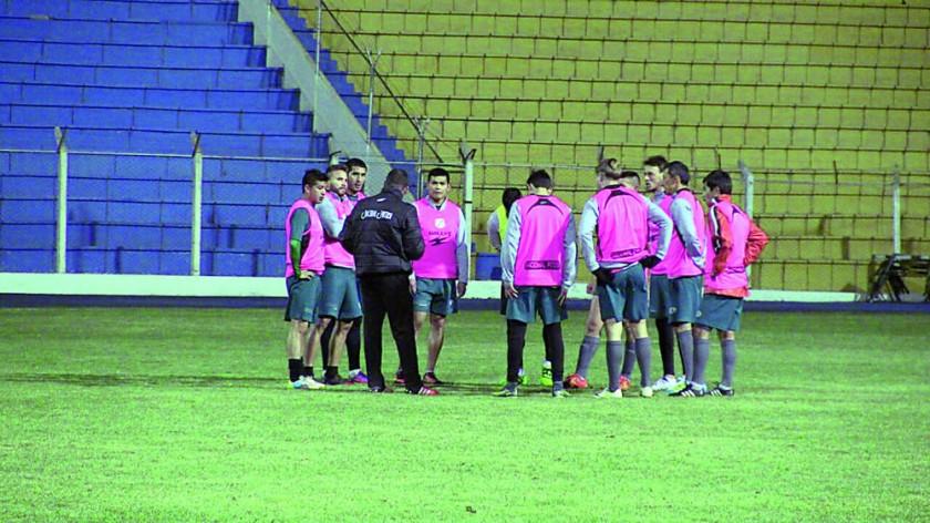 Nacional Potosí cerró ayer sus prácticas; mientras tanto, Estudiantes de La Plata arribó a Sucre.