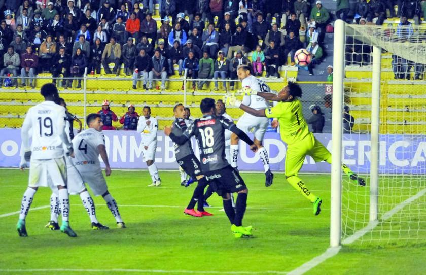 El delantero argentino Hernán Barcos de Liga de Quito desvía el balón en contra de su propio arco, con lo que decretó...