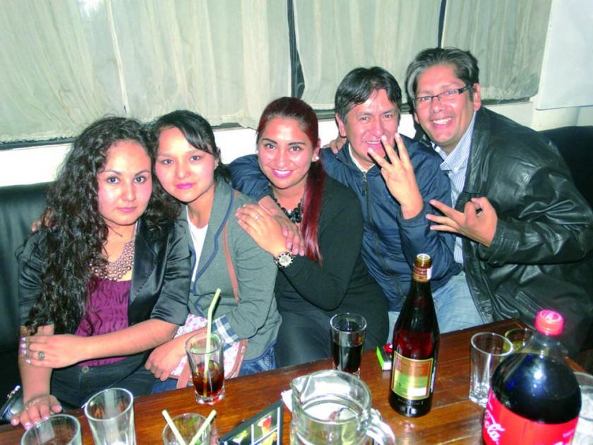 Helen Velásquez (centro) celebró su cumpleaños al lado de sus amigos.