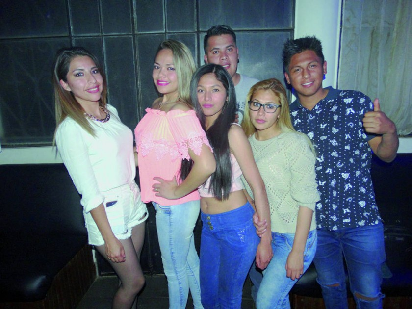 Raiza Vargas (segunda derecha) se reunió con sus amigos para celebrar su cumpleaños.