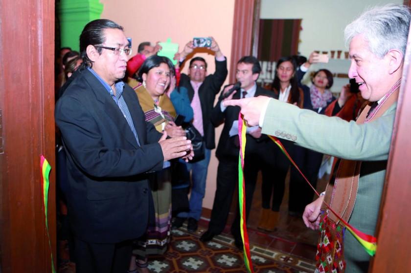 Autoridades presentes abren la cinta para iniciar el recorrido por las exposiciones.