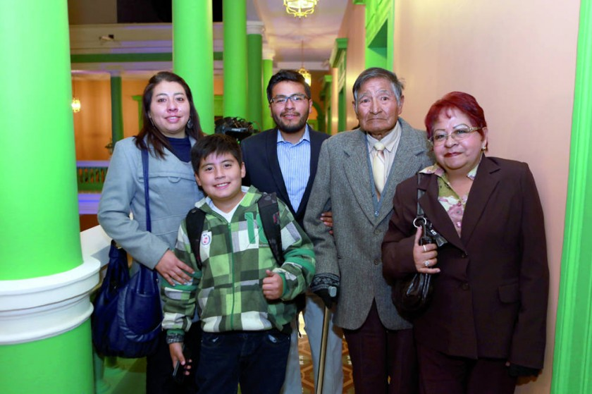 El arquitecto Ariel Vera (centro), junto a su familia.