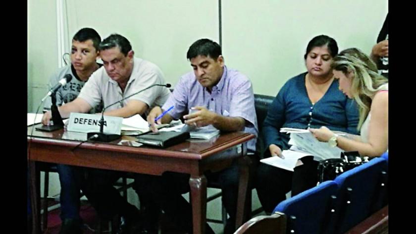 ENCARCELADO. Uno de los miembros (izq.) de la supuesta banda criminal en la audiencia cautelar.