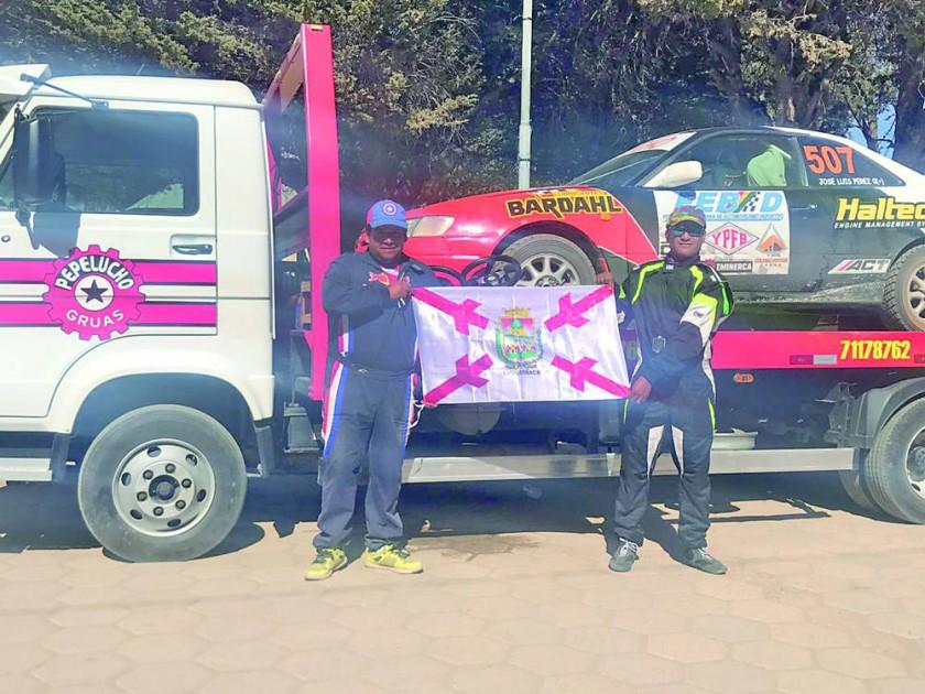El piloto José Luis Pérez (i) posa con la bandera chuquisaqueña junto con su navegante Nelson Delgadillo, tras...