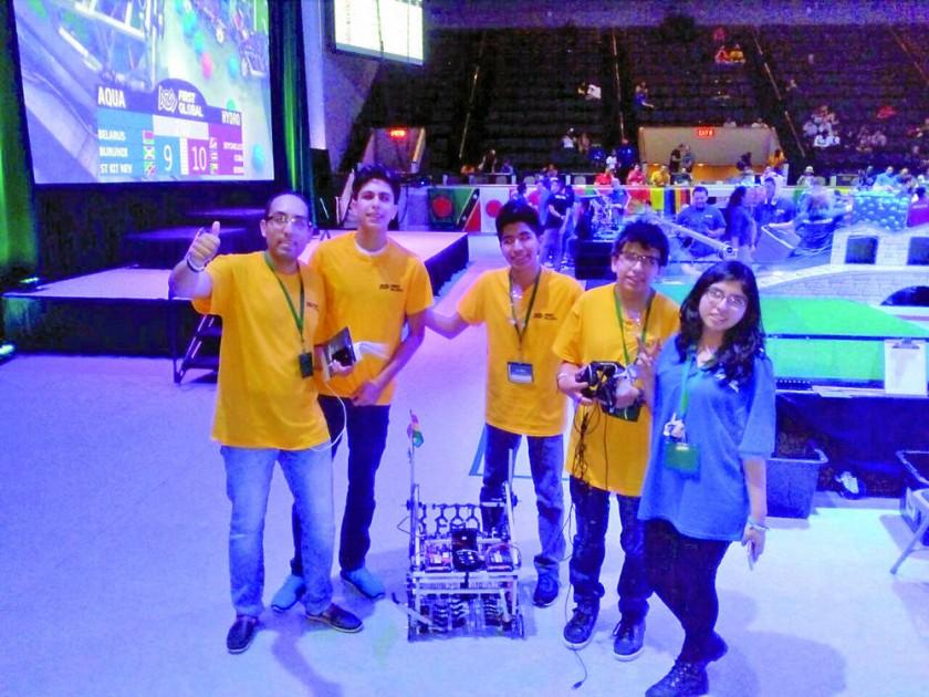 GANADORES. Los cuatro jóvenes competidores y su tutor al cierre del evento ayer, en Washington.