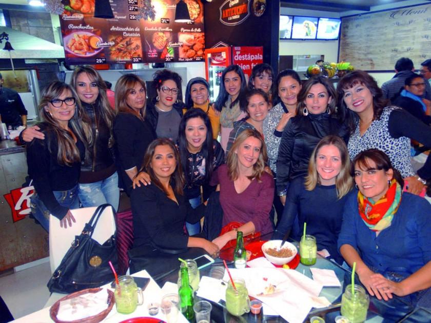Shirley Padilla (parada, quinta izquierda) junto a sus amigas.