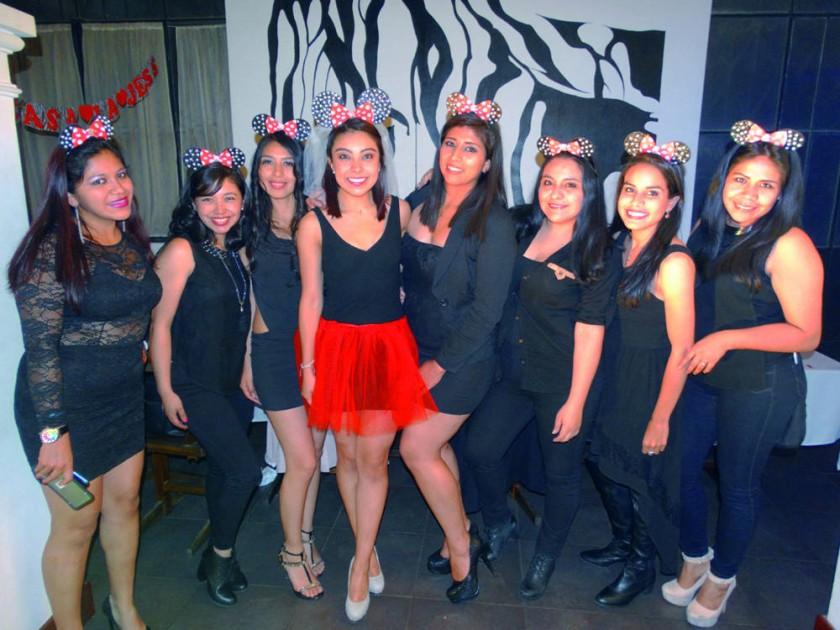 Las amigas de Jessica Borja (centro falda roja) le prepararon  una despedida de soltera.