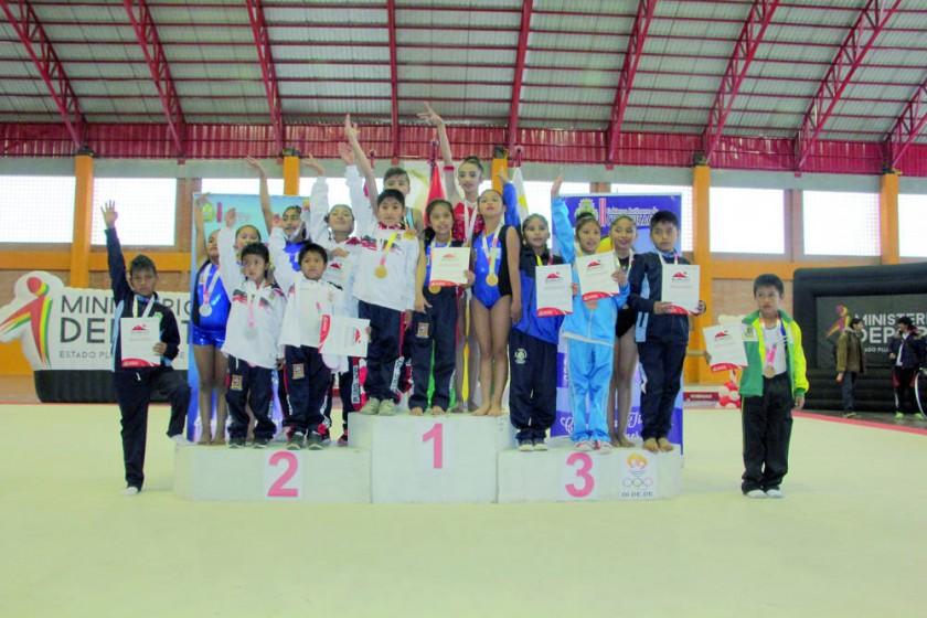 Todos los estudiantes que participaron en gimnasia artística y rítmica posaron al final de la competencia, realizada...