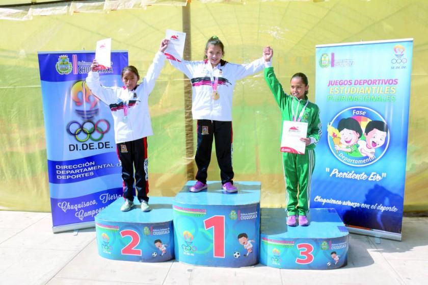 Samira Ayaviri (c) ganó las dos pruebas de natación de la rama femenina.