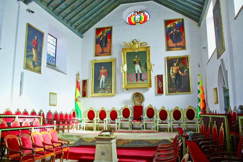 HISTORIA. La imagen del mariscal Antonio José de Sucre (izq.) y del libertador Simón Bolívar (centro), expuestas...