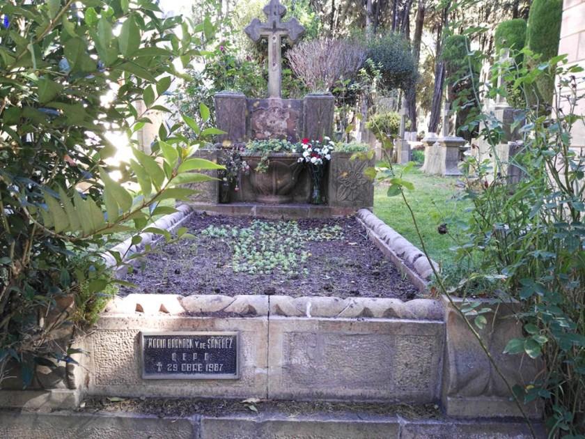 ROBO. Estas imágenes del túmulo de la familia Sánchez Guzmán muestran la pérdida reciente de dos plaquetas.