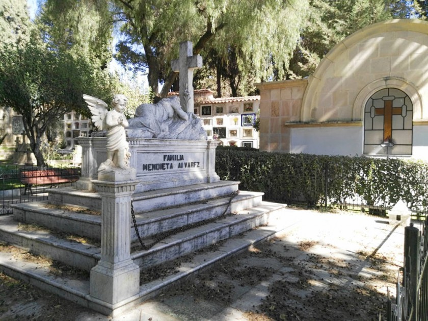 PÉRDIDA. Este sepulcro es considerado una obra de arte, las fotos muestran la pérdida de dos columnas, sus capiteles...