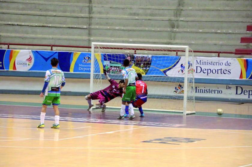 """La """"U"""" no pudo superar anoche al cuadro paceño en el Polideportivo de Garcilazo."""