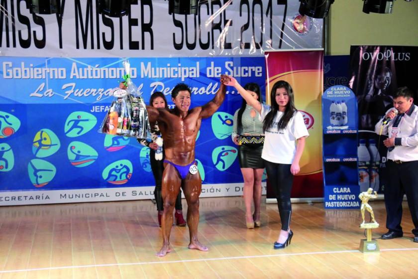 Gerónimo Mamani posa junto con sus premios obtenidos anoche, en el Campeonato Departamental de Fisicoculturismo.