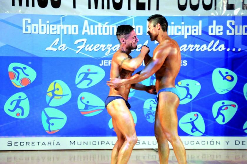 Jhilmar Gareca (i) recibe la felicitación de su rival.