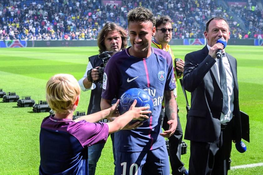 El brasileño Neymar (c) estuvo en el estadio parisino antes del debut del PSG en la Liga francesa.