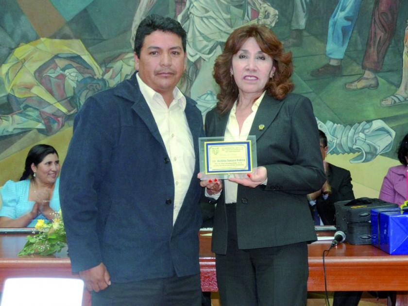 Reconocimiento a la directora Balbina Tamayo.