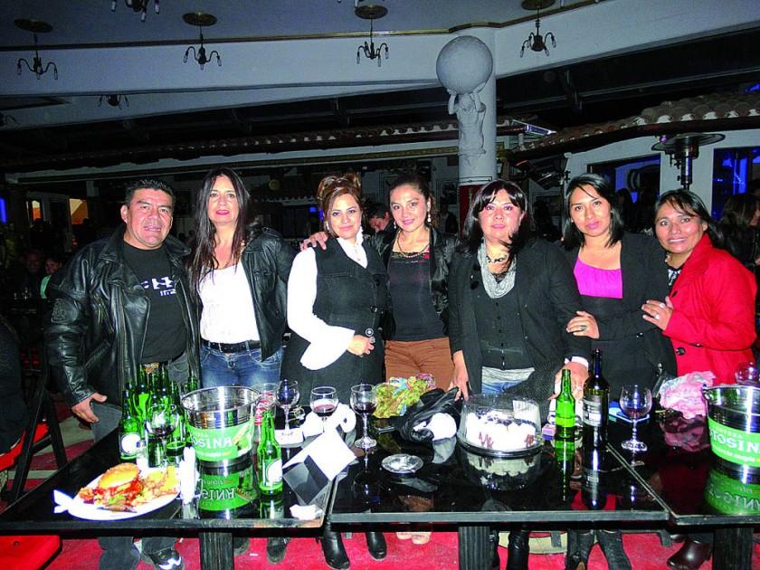 Marianela Pasquier (centro) celebró su cumpleaños acompañada de sus seres queridos.