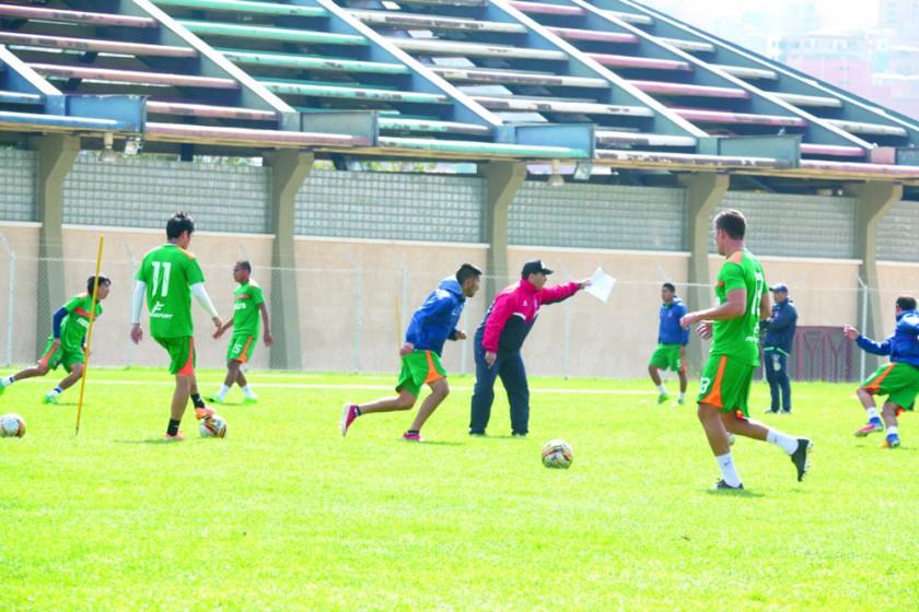El plantel estudiantil entrenó ayer, en la cancha auxiliar del estadio Patria.